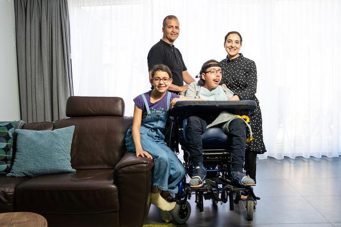 Omar Bensiali, met zijn vader Mohamed, moeder Soad en zusje Salma.