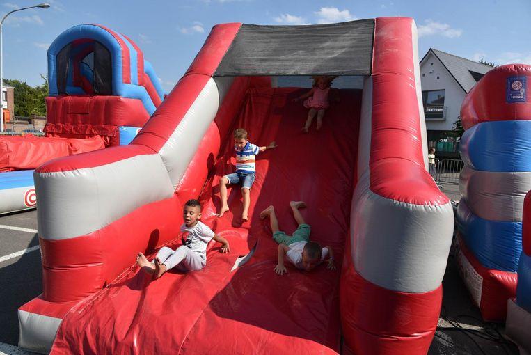 De kinderen leven zich uit op talloze springkastelen.