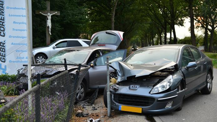 Bij de frontale botsing liepen beide auto's zware schade op.