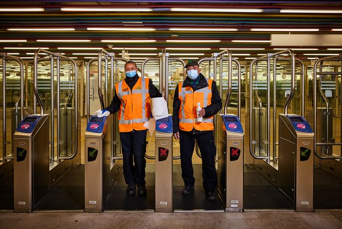 Schoonmakers van de RET bij Metrostation Centraal Station.