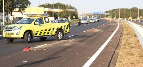 File op A1 nadat auto tegen afzetpaaltjes bij Holten rijdt