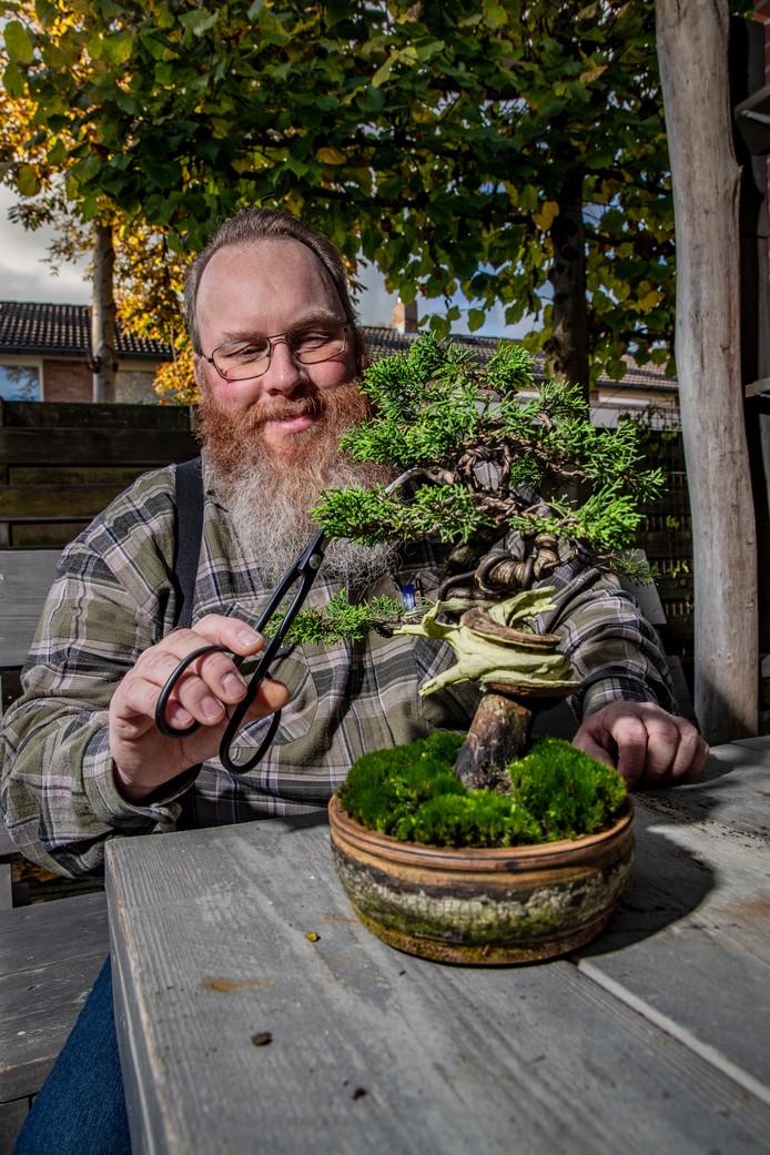 Tino Verbeek werkt voor stichting ijssellandschap, zijn hobby is bonsaiboompjes.