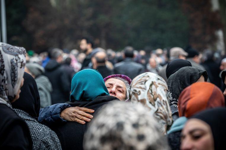 Vrouwen troosten de zus van de overleden Ikafat.