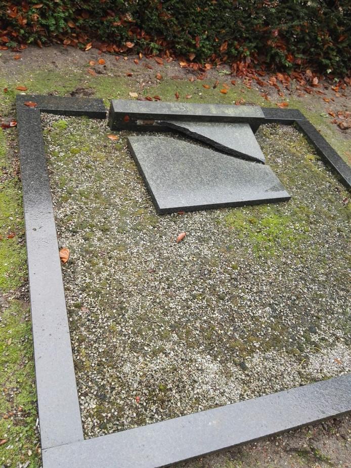 Een van de vernielde grafstenen.