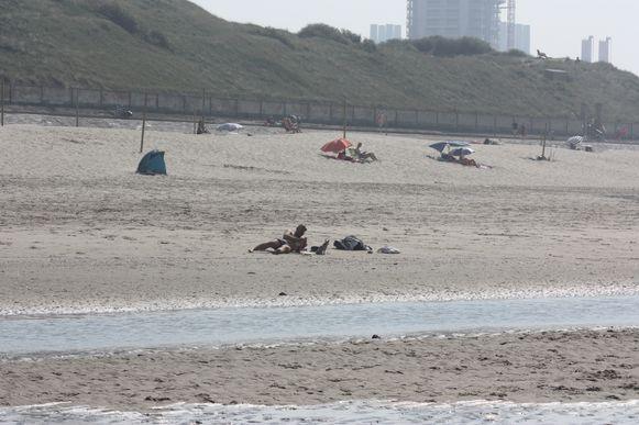 Het is niet overal druk aan de kust. Op de grens tussen Bredene en Oostende is er ruim plaats tussen de badgasten