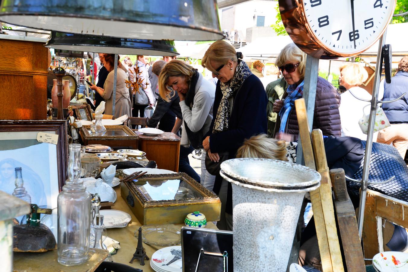 Drukte op de brocantemarkt in Heusden Vesting.