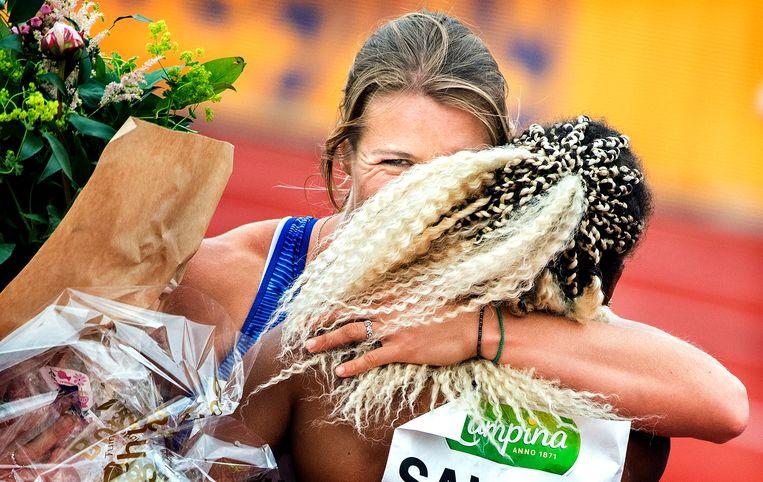 Dafne Schippers  wordt na de finish gefeliciteerd door Jamile Samuel. Beeld Klaas Jan van der Weij / de Volkskrant