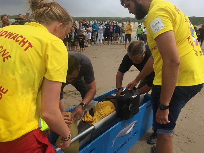 Strandwacht en Zeezoogdierenhulp probeerden de bruinvis te redden.