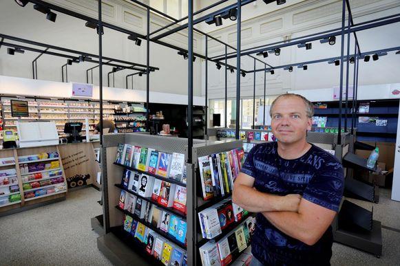 Steven Nicolaes in de nieuwe krantenwinkel.