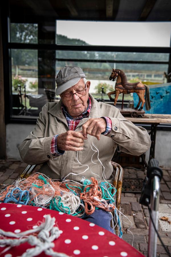Bewoner Harrie vlecht dag in, dag uit touwtjes. Of zoals ze dat in Brabant zeggen: hij slintert touwtjes.