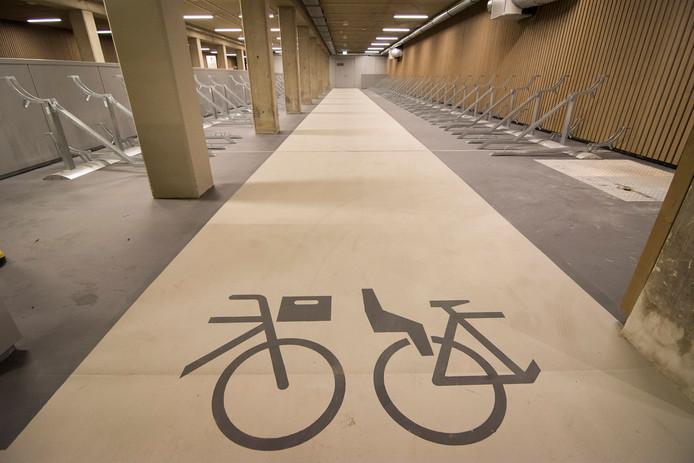 De nieuwe stalling heeft speciale plekken voor fietsen met een kratje en een kinderzitje.