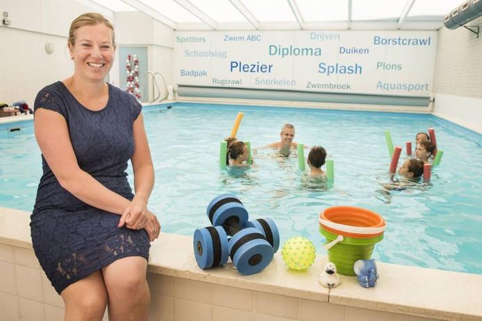 """eigenaresse Ellis van der Leest- Kock aan de rand van haar zwembad. """"We ontvangen elke dag verschillende doelgroepen, de weekagenda is volledig gevuld."""" foto Edwin Wiekens/pix4profs"""