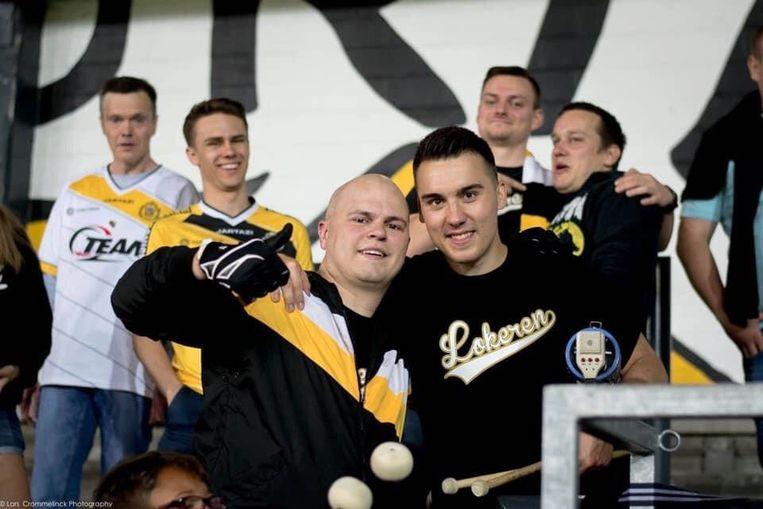 Jens Van Der Voorden (rechts) volgt Sporting Lokeren al jaren op de voet als trouwe fan.