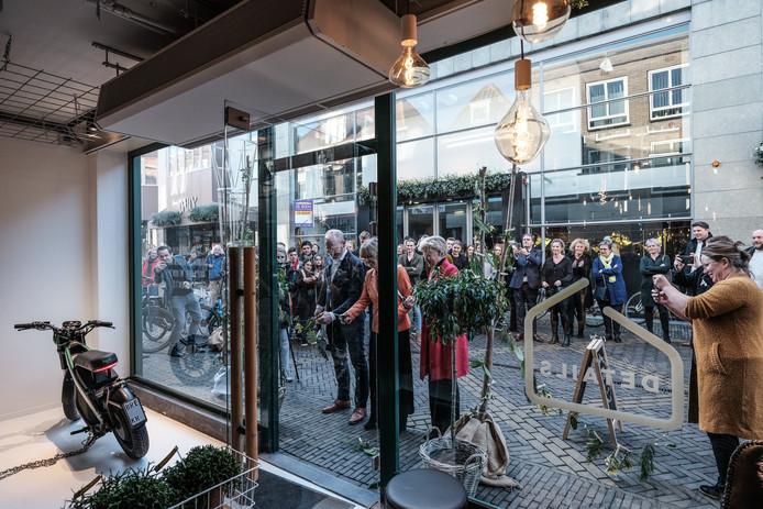 Ingrid Lambregts, wethouder van de gemeente Doetinchem, opent de 'Winkel van de toekomst' in de Boliestraat.