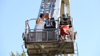 Brandweermannen verrassen collega die in huwelijksbootje stapt