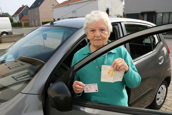 Wiske Verstrepen, met in haar rechterhand haar nieuwe rijbewijs en in haar linkerhand het rijbewijs van haar nicht, die dezelfde naam heeft en in dezelfde straat woonde.