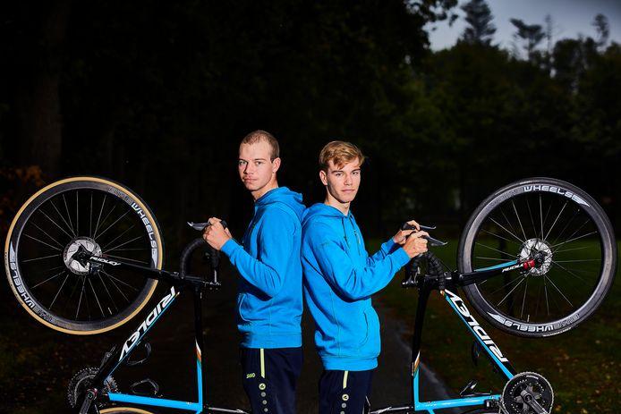 De wielerbroertjes Pepijn en Joris Reinderink.