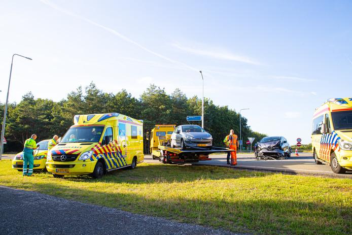 Op de kruising van de afrit A50 met de Hessenweg bij Hattem zijn vanavond rond 19.00 uur twee auto's met elkaar in botsing gekomen.