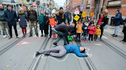 """Bewoners betogen tegen zwaar verkeer in Sint-Gillis: """"Veiligheid van kinderen is het belangrijkst"""""""