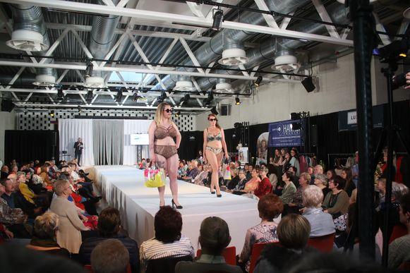 Unizo Lubbeek organiseert tweede editie van de Summer fashion show. Voor ondergoed van Boobs by Elisabeth was er flink wat aandacht rond de catwalk.