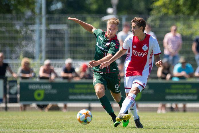 Tom van Weert namens Aalborg BK in een oefenwedstrijd tegen Ajax.