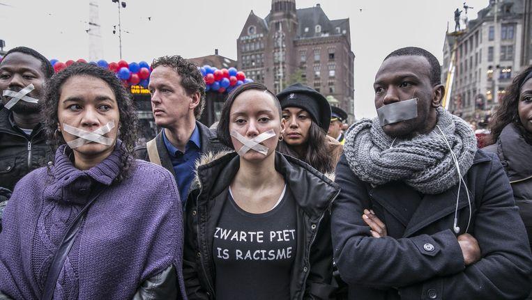 Tegenstanders van Zwarte Piet bij een demonstratie eind 2013 op de Dam Beeld Amaury Miller