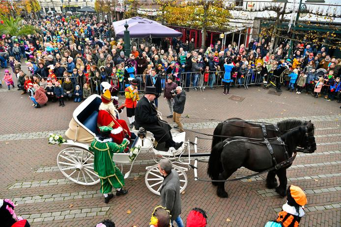 Op de Markt bij het Schepenhuis werd Sinterklaas onthaald door een grote mensenmenigte.
