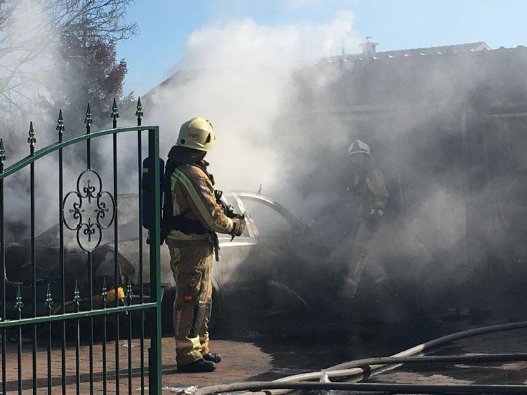 Brandweerzone Zuid West Limburg kon samen met collega's van zone Oost Limburg voorkomen dat de vlammen oversloegen naar de woning.