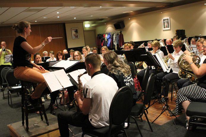 Fanfare St. Willibrordus repeteert voor het optreden op 9 juni