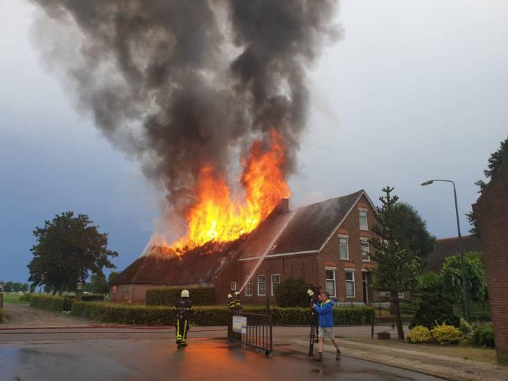 Dak van schuur Waspik verwoest na blikseminslag, brand onder controle