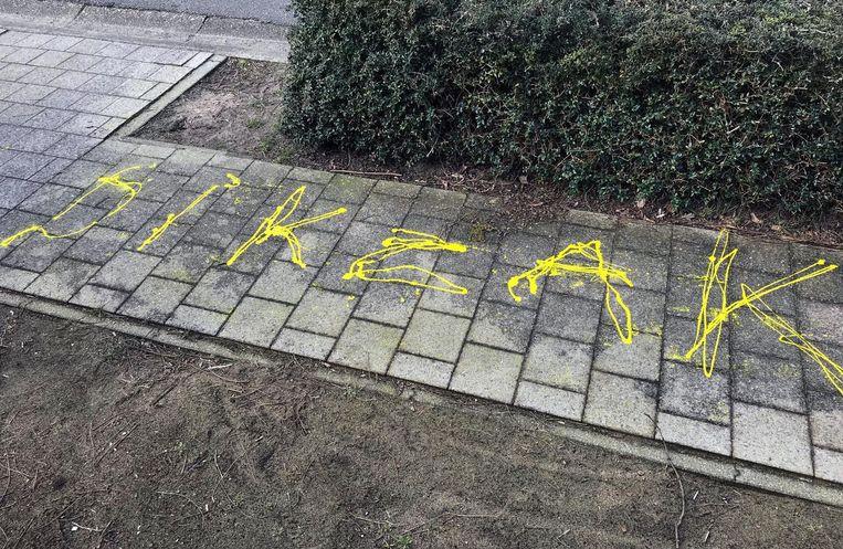 Onbekenden lieten in de Acaciastraat vunzige boodschappen achter.