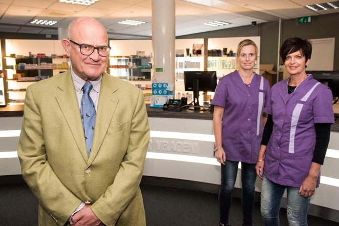 Apotheker Louis van de Reek met twee van 7 assistenten, midden Esther Hartsink, rechts Christel Heijnen.