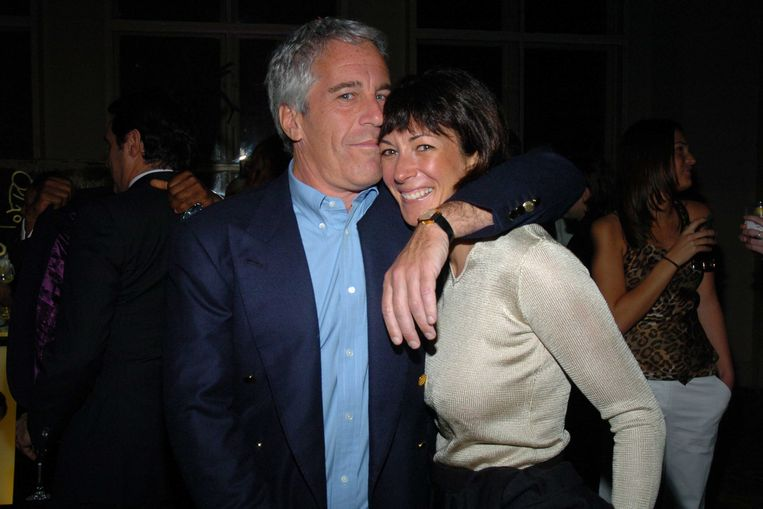 Jeffrey Epstein en zijn 'beste maatje' Ghislaine Maxwell in 2005.  Beeld Getty