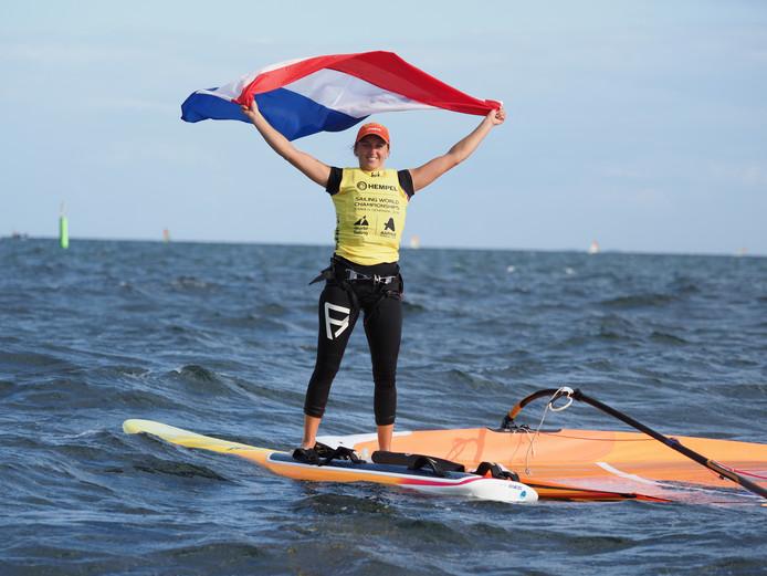 Lilian de Geus toont de Nederlandse vlag.