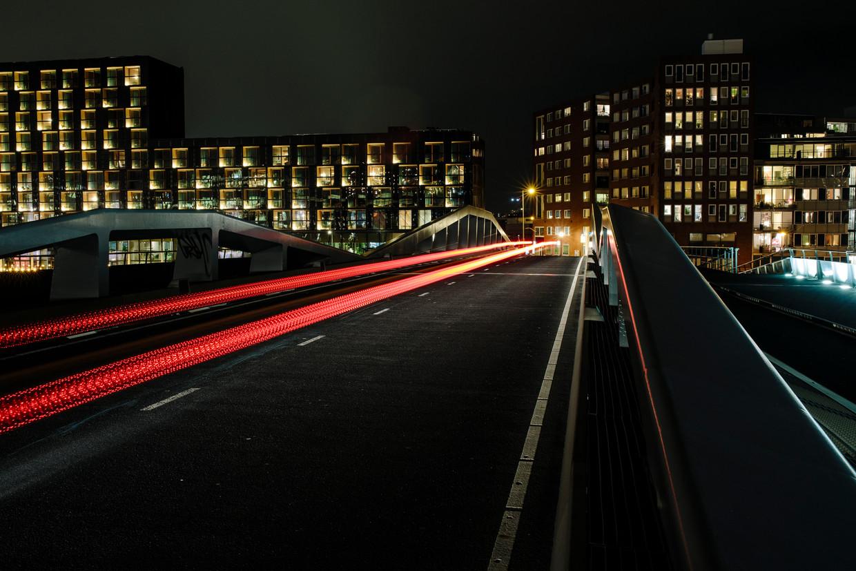 De Jan Schaeferbrug is voor auto's goed verlicht, voor langzaam verkeer werken nog maar enkele lampen.