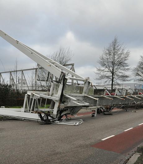 Grote kraan waait om in Waalwijk: Dumpert heeft bewegende beelden