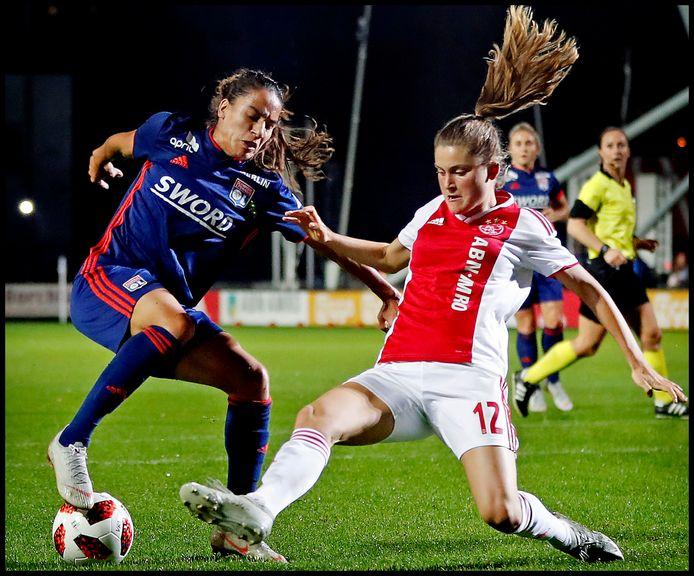 Amel Majri kapt Vita van der Linden uit tijdens Ajax - Olympique Lyon vorig seizoen.