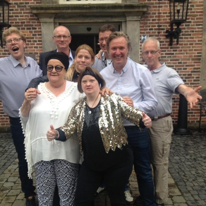 De enthousiaste artiesten van Kleintje Hollands hebben de bewoners van de Eeshof in Tubbergen blij verrast