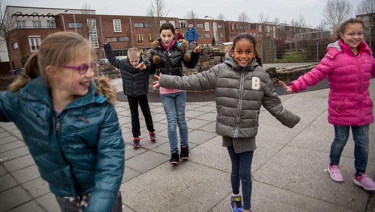 Scholieren vermaken zich in Almere met hun Heelys. Na een aanloopje kunnen ze op hun hakken een paar meter doorrollen. De schoenen worden verkocht met een waarschuwingssticker, maar kinderen vinden een helm of andere bescherming niet 'cool'. Beeld Najib Nafid