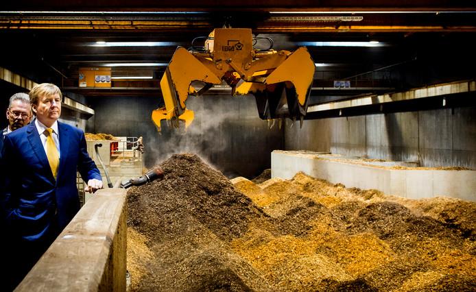 Koning Willem-Alexander op bezoek bij de BioWarmteCentrale De Purmer. De centrale van Stadsverwarming Purmerend (SVP) wordt gestookt op houtsnippers, en voorziet 25.000 mensen voor 80% van groene warmte.