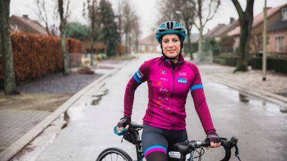 """Peerse organiseert 'Benefiets' voor Kom op tegen Kanker: """"Met de namen van overleden mama en drie jonge vrouwen op mijn outfit"""""""