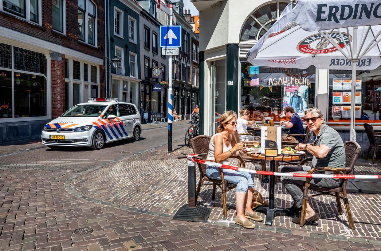 De eerste klanten op het terras genieten van de eerste lunch nadat het terras om 12.00 weer werd geopend met de passende corona maatregelen.  Beeld Raymond Rutting / de Volkskrant
