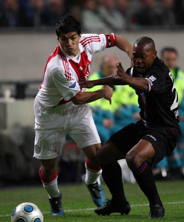 Luis Suarez in duel met Ibrahim Kargbo, 16 januari 2015. Beeld anp