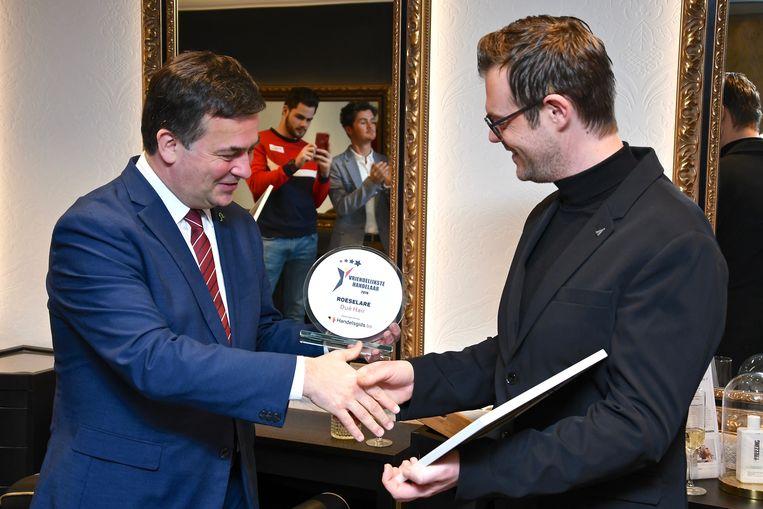 Olivier van Dué Hair kreeg de trofee van de burgemeester.