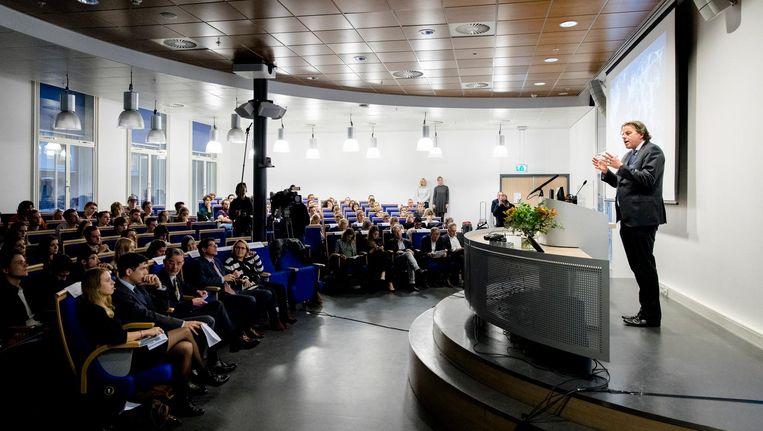 Minister Bert Koenders van Buitenlandse Zaken houdt een toespraak over wereldwijde veiligheid, voor studenten van de Universiteit Leiden Campus Den Haag. Beeld anp