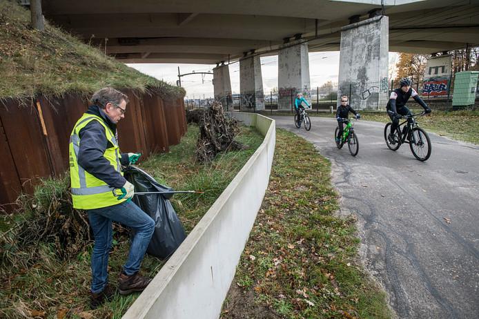 Vrijwilliger Frans Baten ruimt troep op in de Galgestraat (bij het Cadettenkamp).