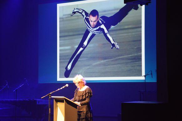 Theaterlegende Chris Lomme leest in De Plomblom een stadsgedicht voor over de Ninoofse kunstschaatser Kevin Van Der Perren.