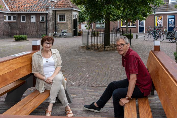 Annemarie Mellaart (l) en Jaap Elenbaas op de 'klapbank' die sinds kort voor de Burghse Schoole is geplaatst. De inwoners wisselden vroeger nieuwtjes uit op deze banken; er werd 'geklapt'. Nu kun je er weer luisteren naar verhalen.