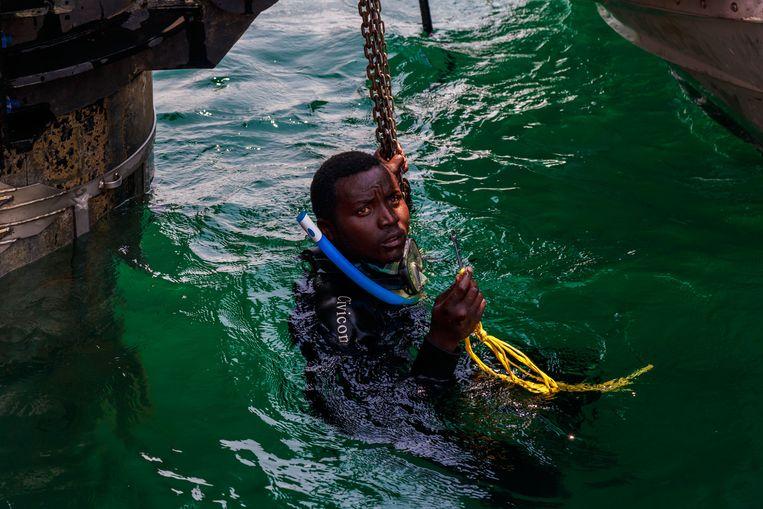Een Zuid-Afrikaanse specialist voor onderwaterreparaties. Beeld Timothy Kisambira