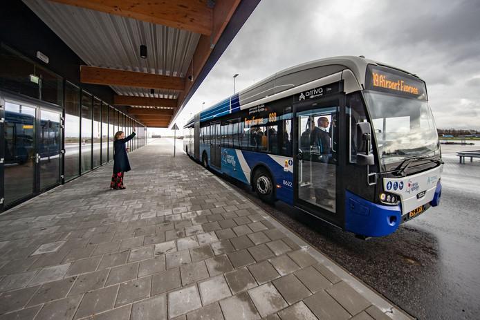 De vertrekt weer naar het station. Vliegveld-directeur Hanne Buis zwaait de gasten uit.